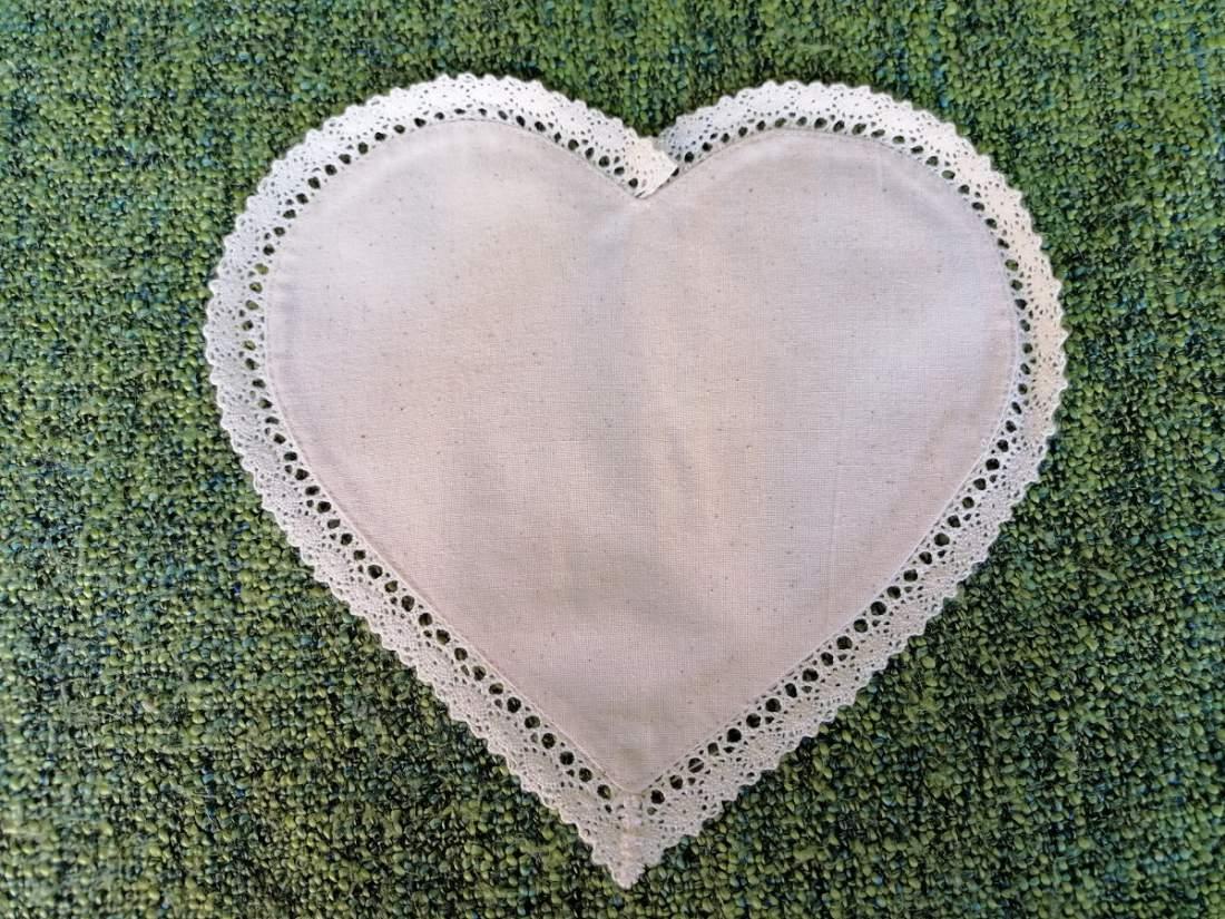 Szív alakú csipkés levendulazsák - ekrü